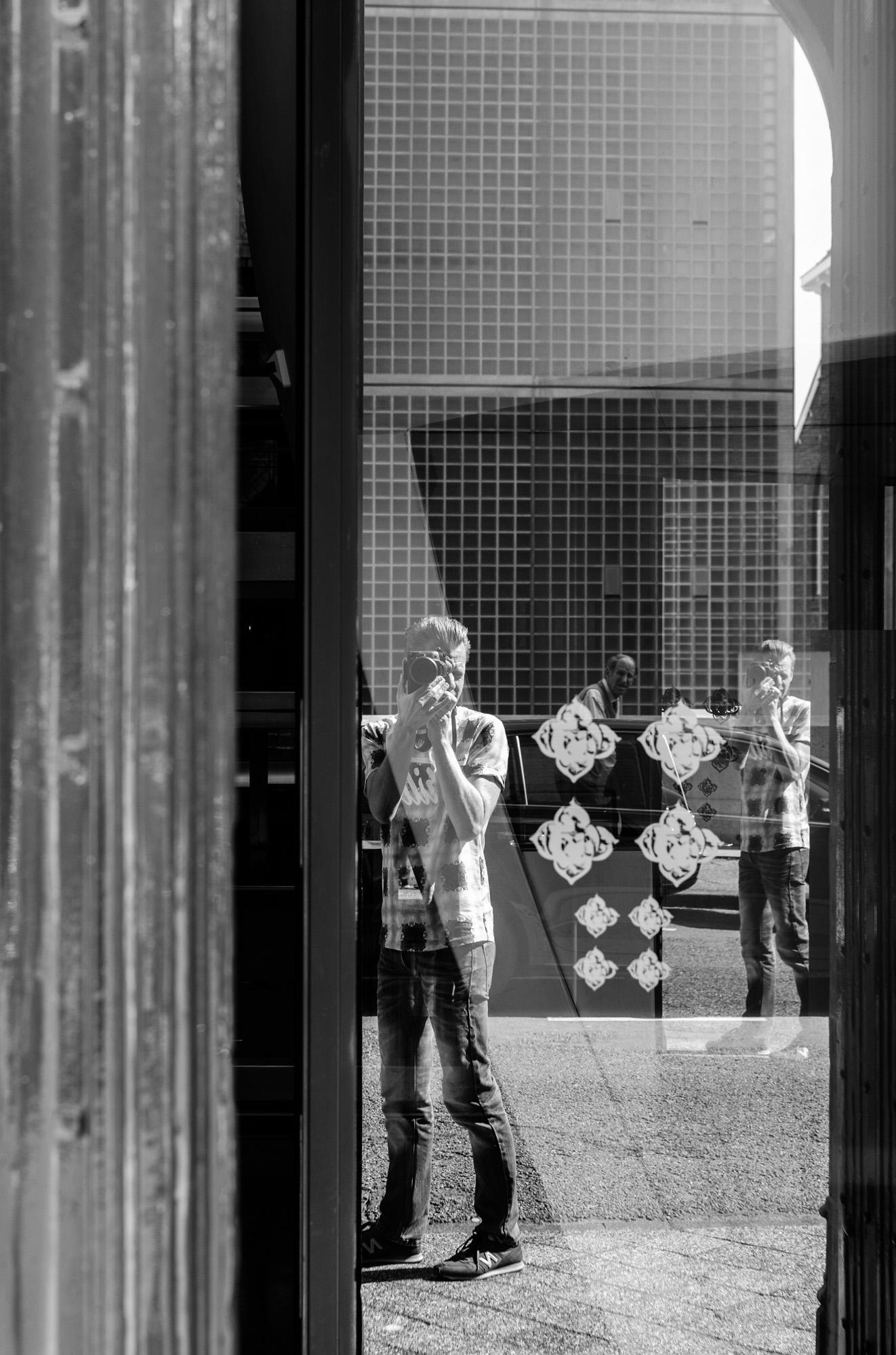reflective selfie - straatfotografie :: foto-rv