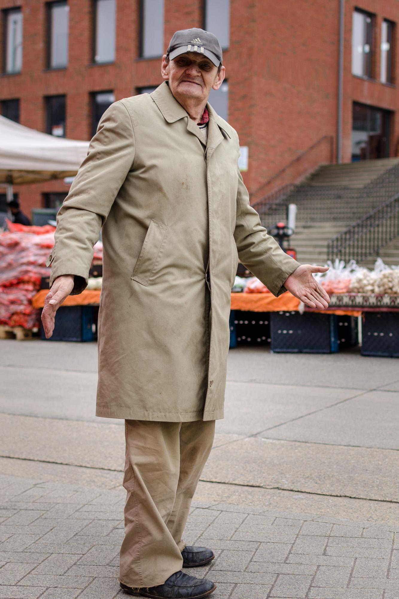 Man in stofjas 3 - straatfotografie :: foto-rv