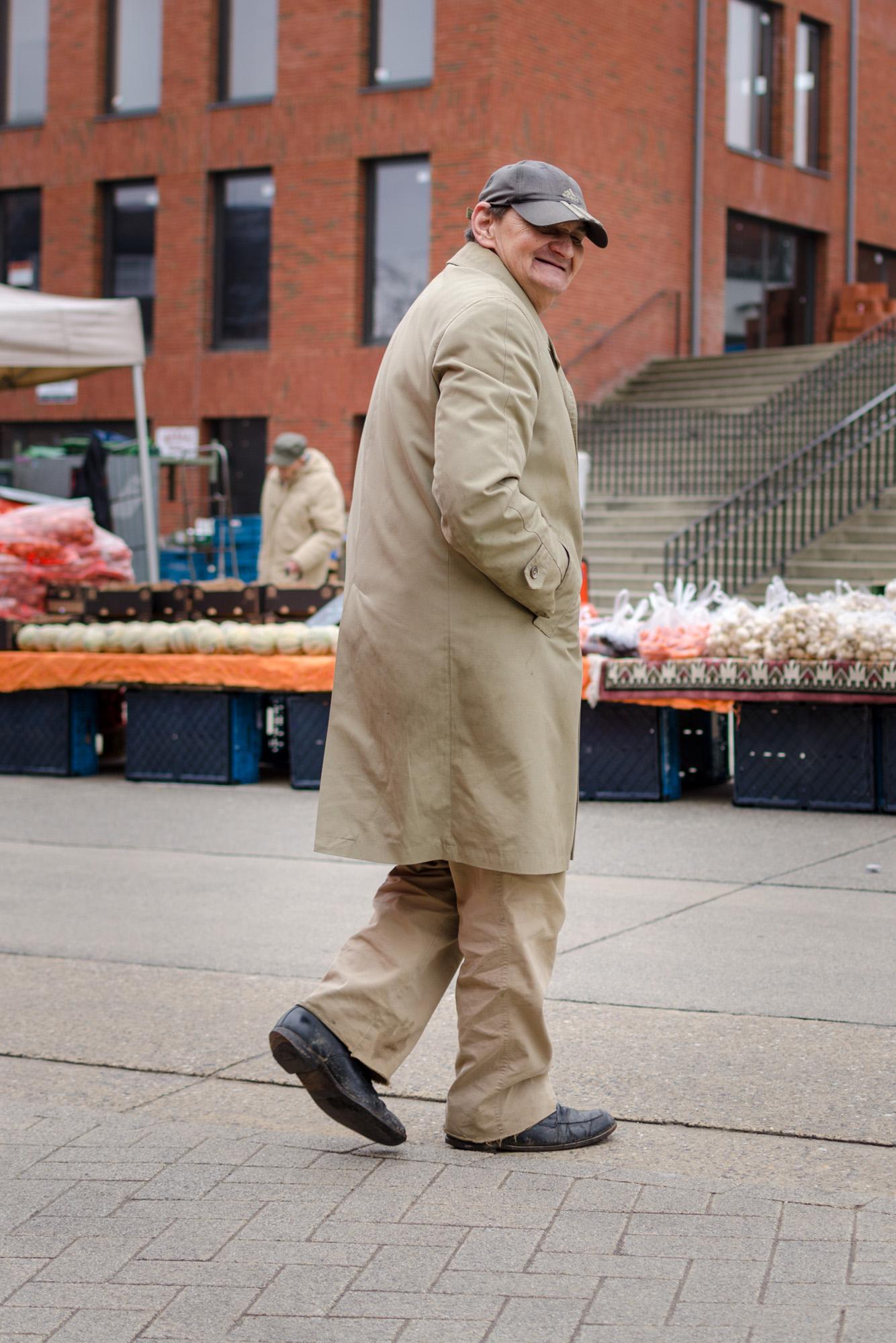 Man in stofjas 4 - straatfotografie :: foto-rv