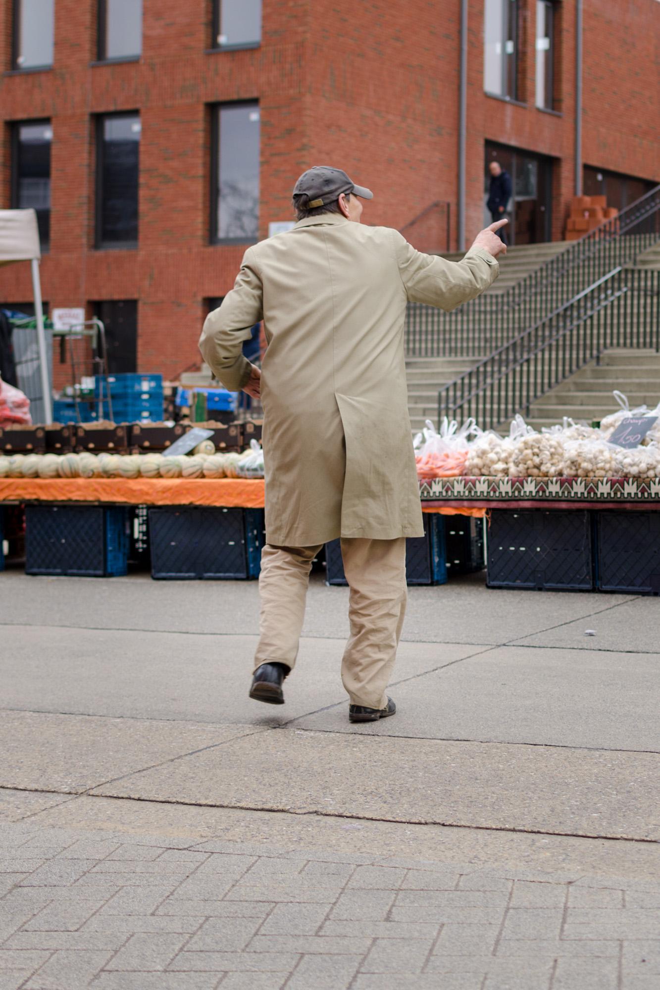 Man in stofjas 5 - straatfotografie :: foto-rv