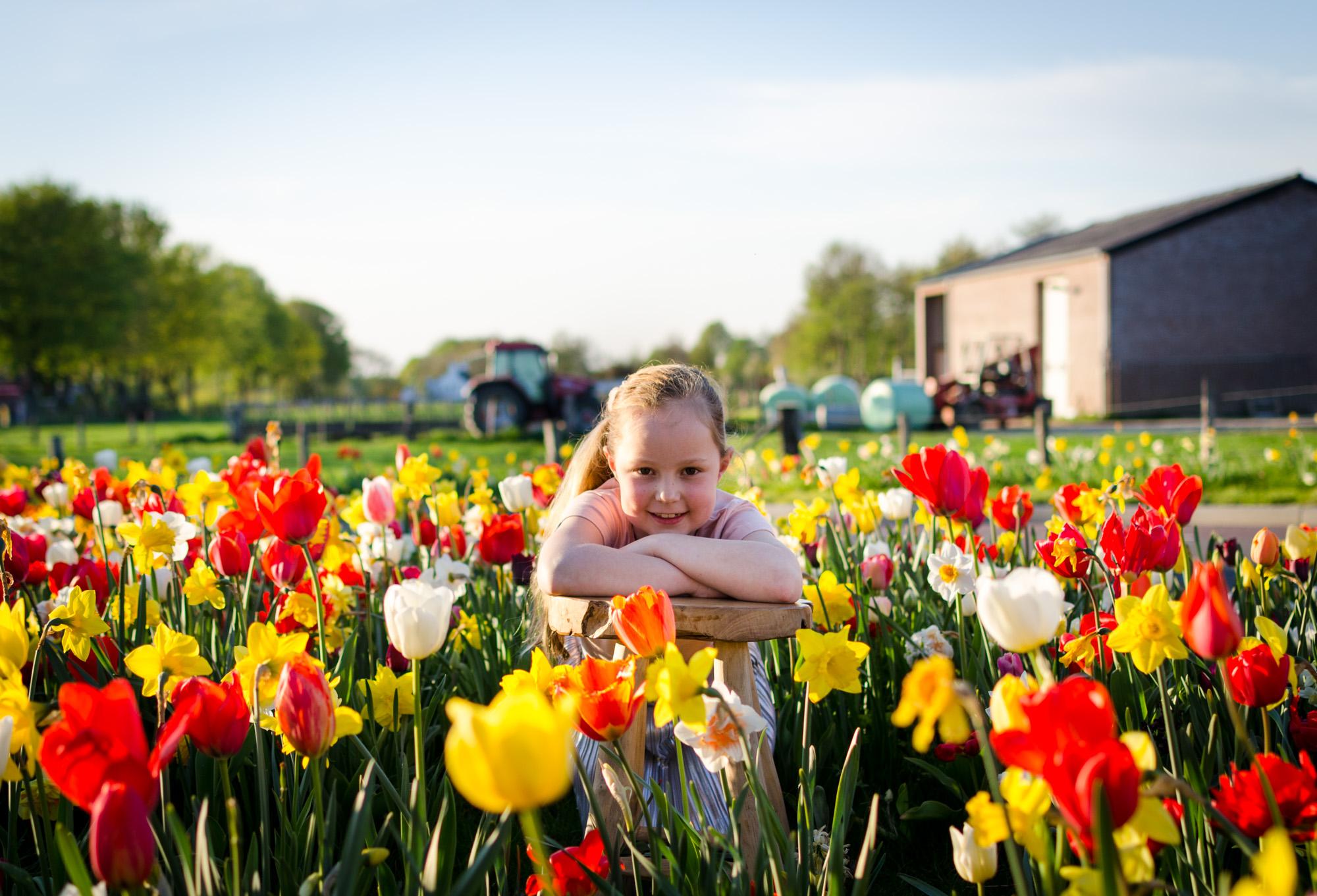 Communieshoot Esra tussen bloemen