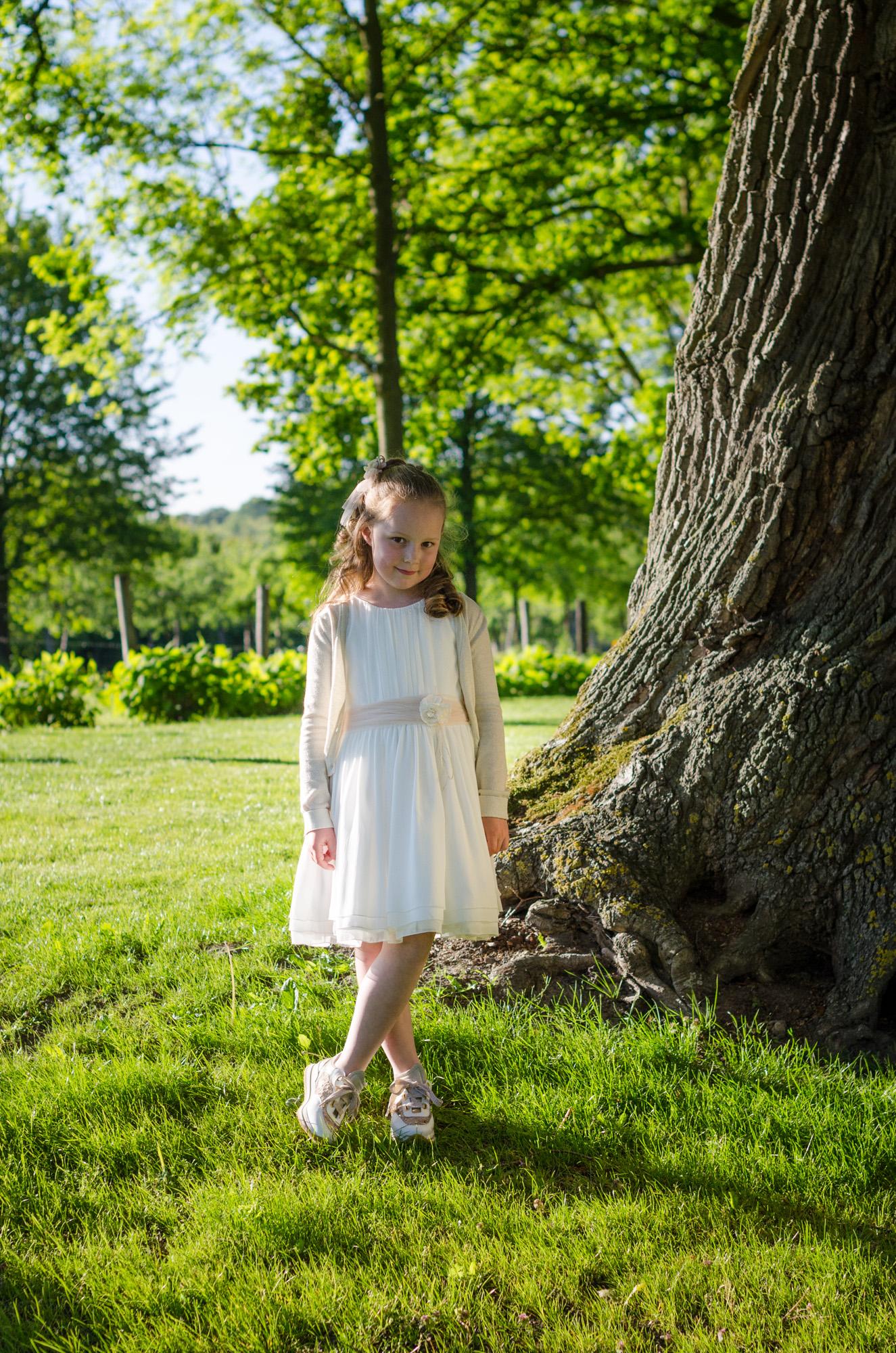Communieshoot Esra naast dikke boom
